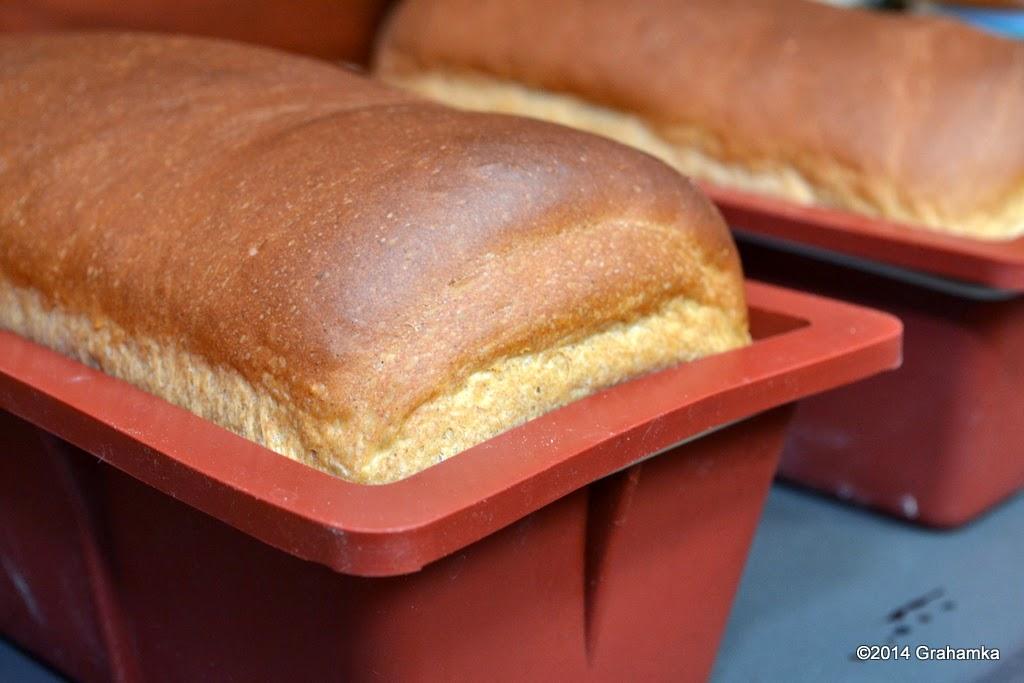 Upieczony chleb tyuż po wyjęciu z piekarnika.
