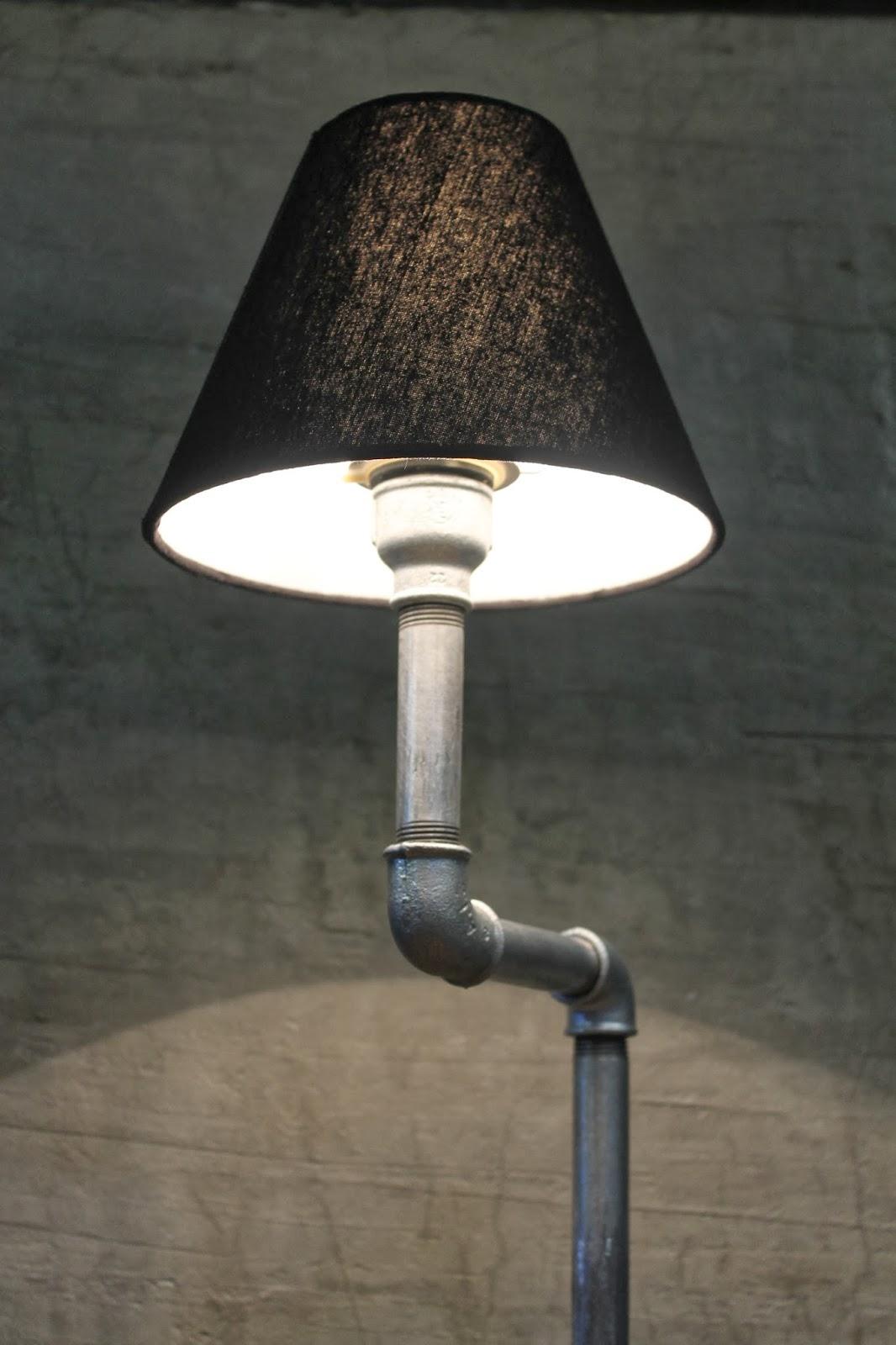 industrial style gusseisen rohr lampe auf betonsockel snakytube. Black Bedroom Furniture Sets. Home Design Ideas