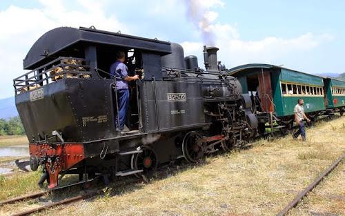 Kereta Api Uap Lokomotif B2502