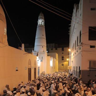 Suasana salat Tarawih di Masjid Ba 'Alawi.