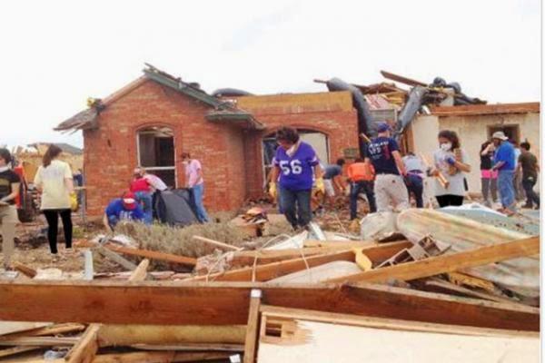 مبتعثون يشاركون في بناء منزل أمريكي دمرته الأعاصير