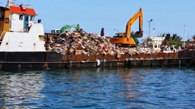 Barco de basura en Malé (Maldivas)