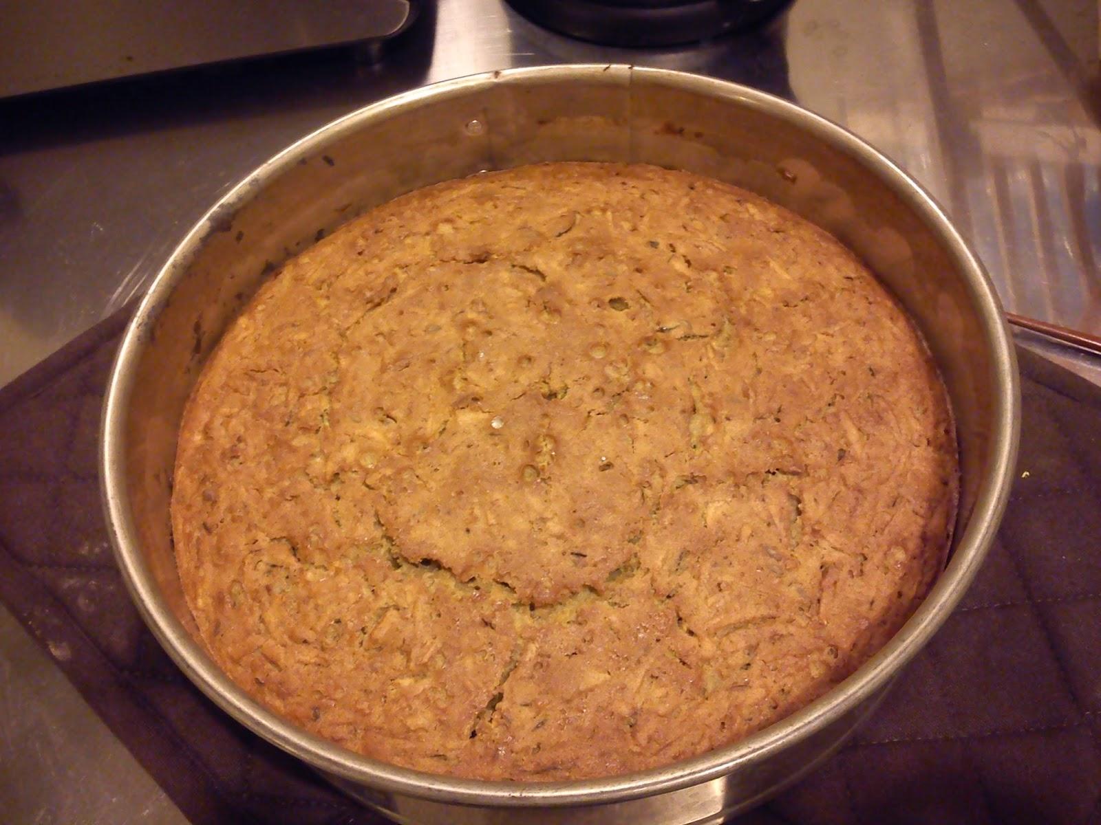 Tässä reseptin mukaan tehty bataattikakku suoraan uunista.