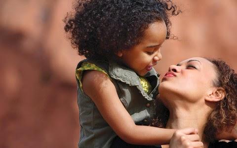 Mãe, teus braços sempre se abrem quando preciso de um abraço. Teu coração sabe compreender quando preciso de uma amiga. Teus olhos sensíveis se endurecem quando preciso de uma lição. Tua força e teu amor me dirigem pela vida e me dão as asas que preciso para voar. Parabéns pelo teu dia!