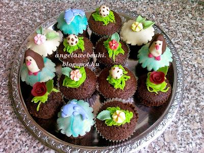 Aszalt szilvás gyereknapi muffin, csokoládés és mézeskalács fűszerkeverékes tészta, marcipánnal díszített, tejtermék mentes sütemény.