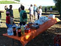 Un bon esmorzar ens espera davant la muralla del Montgrós