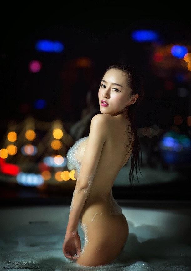 Phát Sốt Với Bộ Ảnh Ngực Trần Siêu Khủng Của Hot Girl