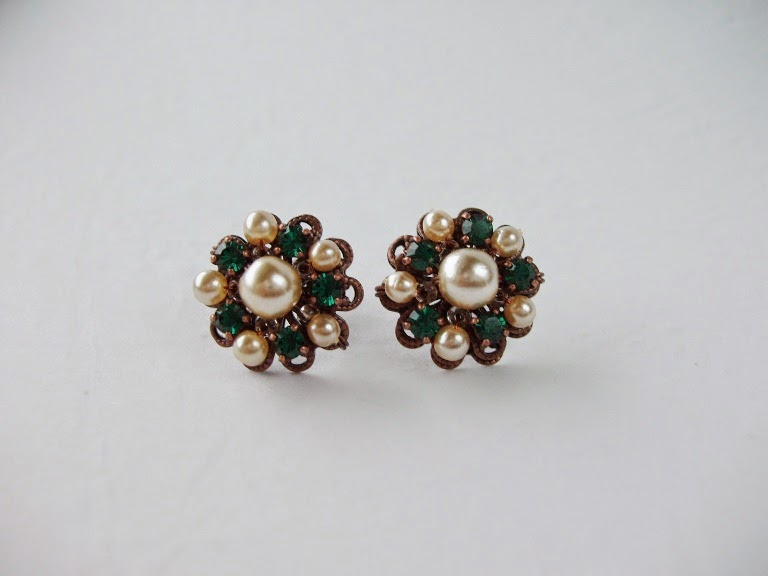 button stud post earrings emerald green Swarovski crystal pearl earrings Estonia ビジュー bijoux ohrringe