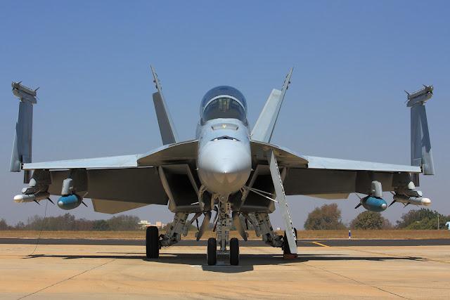 katlanmış f-18 kanatları