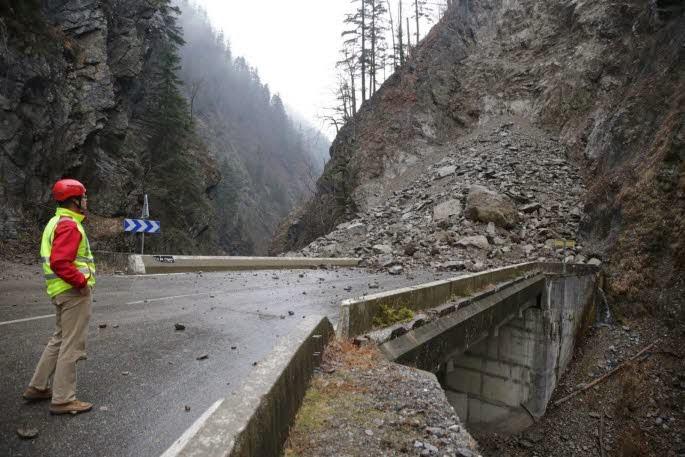 http://www.ledauphine.com/savoie/2014/01/23/gorges-de-l-arly-8-000-a-10-000-me-de-roche-obstruent-la-route