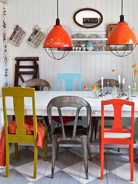 Kuchnia z kolorowymi krzesłami