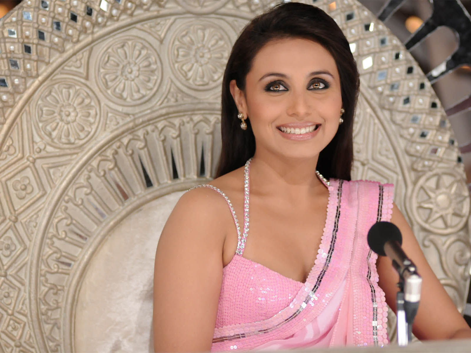 Photos Hot Pictures Sexy Wallpapers: Rani Mukherjee Gallery