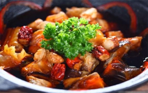 Cá tầm nướng tại nhà hàng thế giới nghiêng 235 , béo thơm được dọn ra trước mặt. Từng miếng thịt cá ươm vàng cùng mùi thơm nức mũi. Ăn kèm cá tầm nướng với rau răm và muối ớt xanh thì ngon không gì bằng
