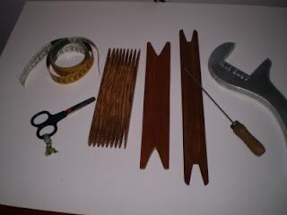 Usar duas navetes, cada uma com uma cor de lã, para conseguir fazer o desenho pied poule no tear de pente liço