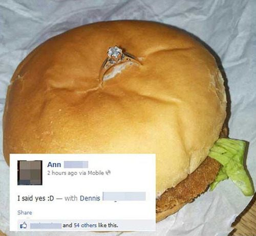 Heiratsantrag mit einem Chickenburger