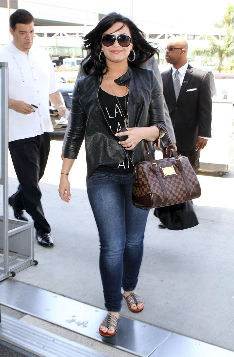 Upskirt Celebs Demi Lovato 39 S Jeans Wedgie