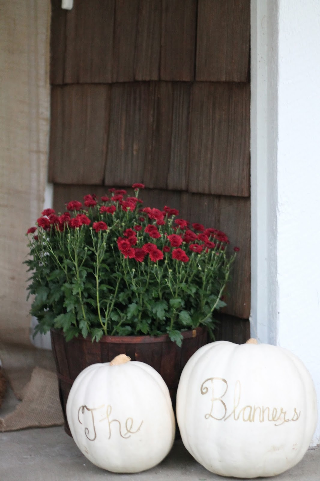 Fall refresh outdoor fall decor julie blanner for Idea deco guijarro exterior