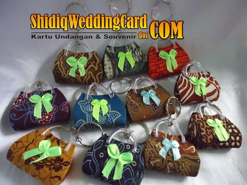 http://www.shidiqweddingcard.com/2014/02/souvenir-gantungan-kunci-tas-batik.html