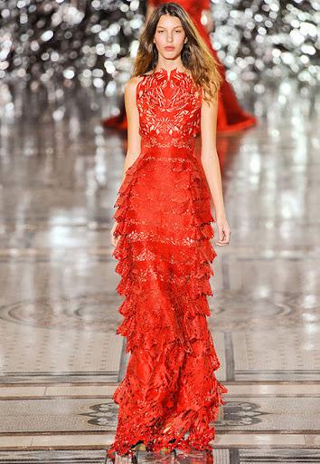 Червена рокля с дантелена пола на Giles