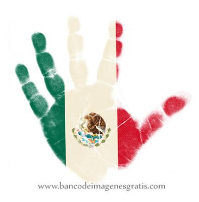 ¡Feliz Día de la Independencia! - 16 de Septiembre - Mano con bandera mexicana - Símbolos Patrios