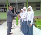 Penyerahan Trophy kepada Kepala Sekolah