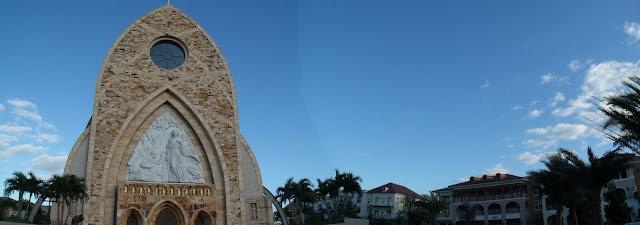 Detalle de la portada en la moderna catedral de Ave Maria con la escultura de Marton Varo