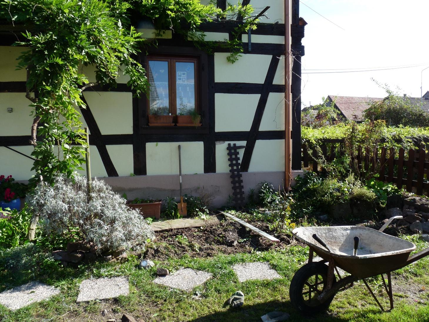 Faire Une Terrasse A Moindre Cout #10: Trouver Dans Le Jardin, Les Pierres  En Grès Des Vosges Les Plus Plates Pour Former Le Dallage De Notre Petite  ...