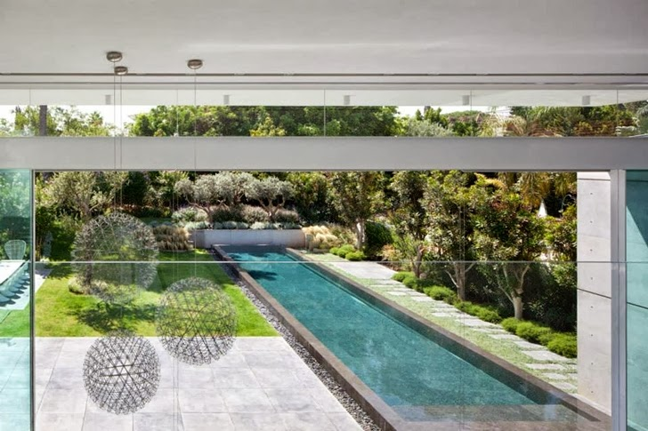 Backyard of White Ramat Hasharon House by Pitsou Kedem Architects