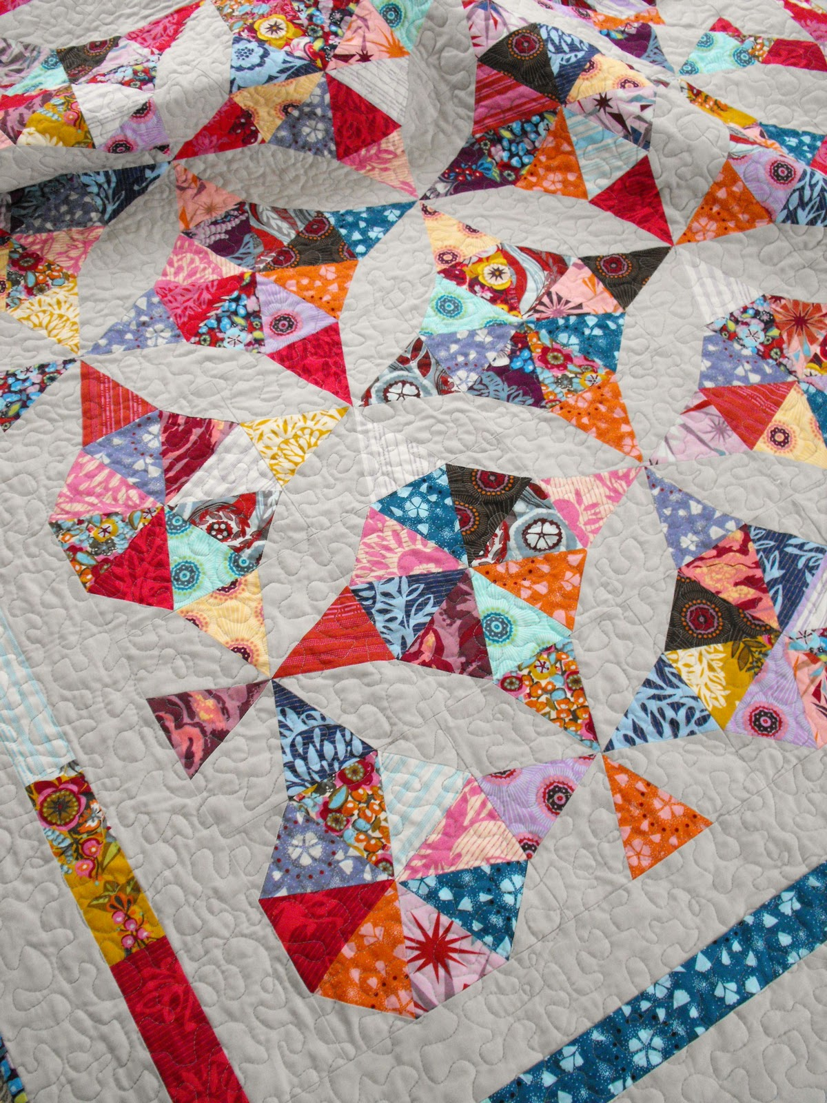 fussy cut innocent crush kaleidoscope quilt. Black Bedroom Furniture Sets. Home Design Ideas