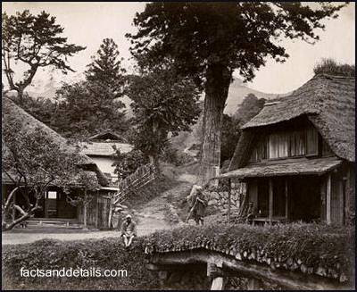 Antigua fotografía de una casa rural japonesa en el siglo XIX