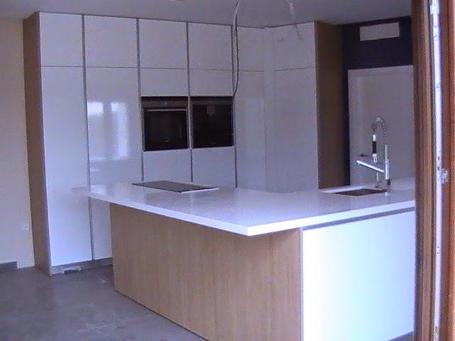 Cocina actual con puertas de cocina de alto brillo