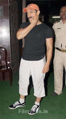 Aamir_Khan_at_screening_of_Delhi_Belly_FilmyFun.in