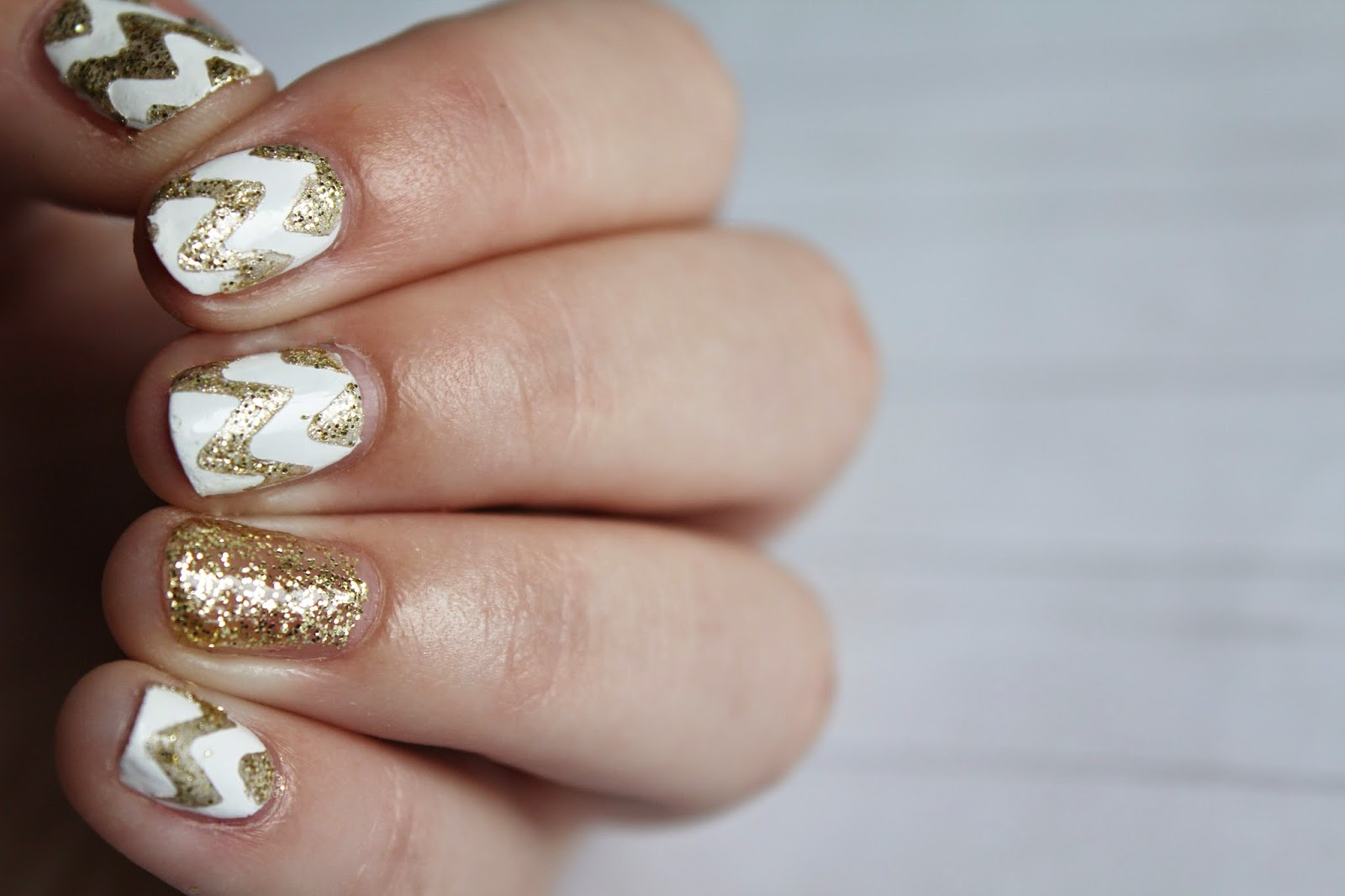 photo nail art blanc et or