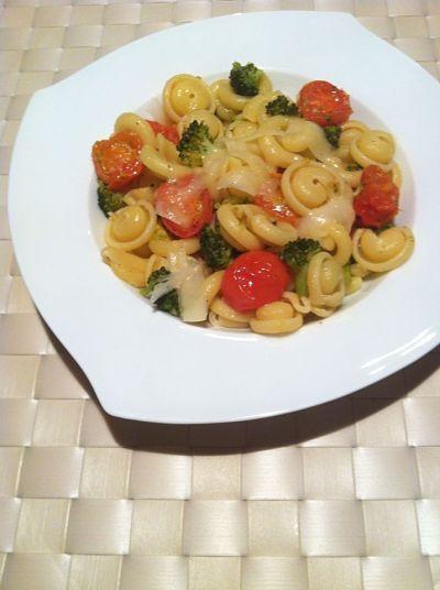 Pasta con brocoli y tomates cherry