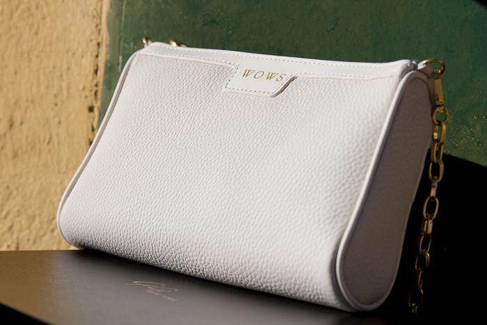 Bolso bandolera en cuero con textura en grano color marfil de GIGI NY