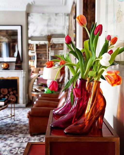 Oryginalna dekoracja salonu - wazony w kształcie butów