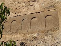 Fragment d'un sarcòfag romà encastat a la paret sud de l'església de Santa Maria