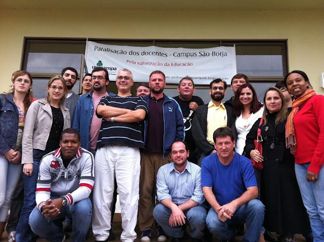 Professores reunidos, pós assembleia, apoiando a paralisação, em frente a porta principal do campus de São Borja