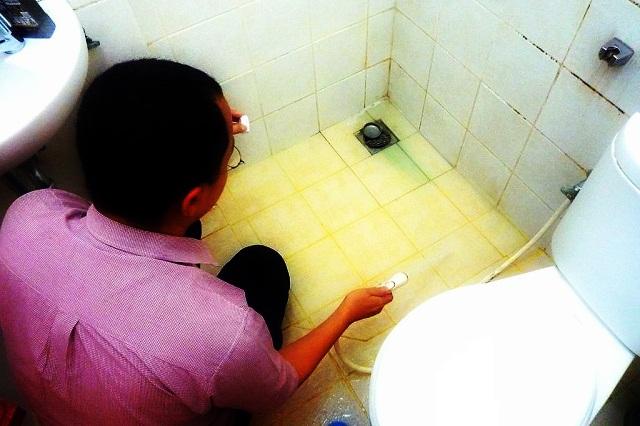 Tips Membersihkan Kerak di Lantai Kamar Mandi