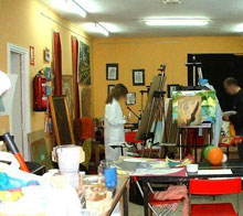 Sueño con mi madre que pinta sin cesar obras de arte abstracto en el estudio-salón de casa
