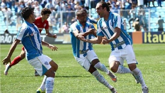 Léo Gamalho (direita) marcou dois gols no confronto