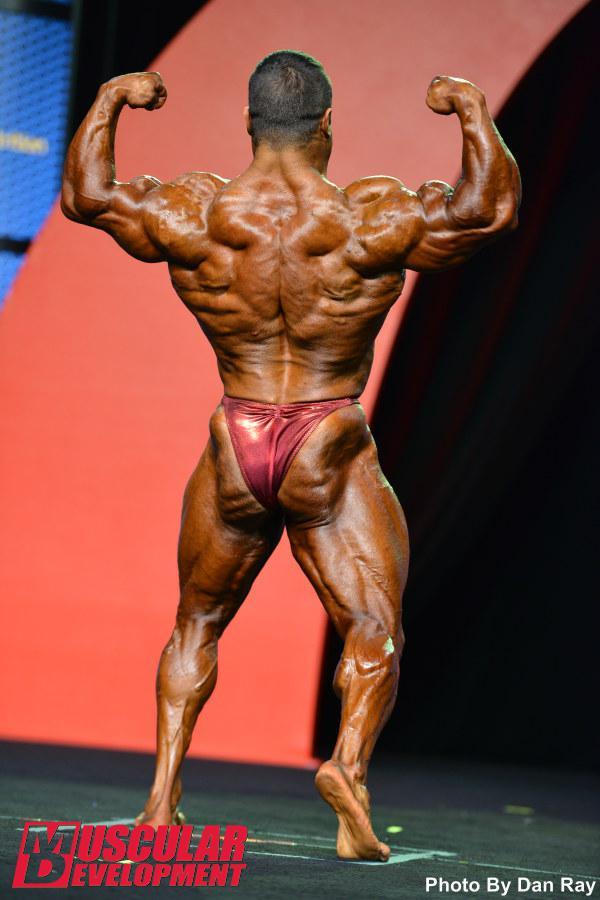 Eduardo Corrêa realiza a pose duplo bíceps de costas. Foto: Dan Ray