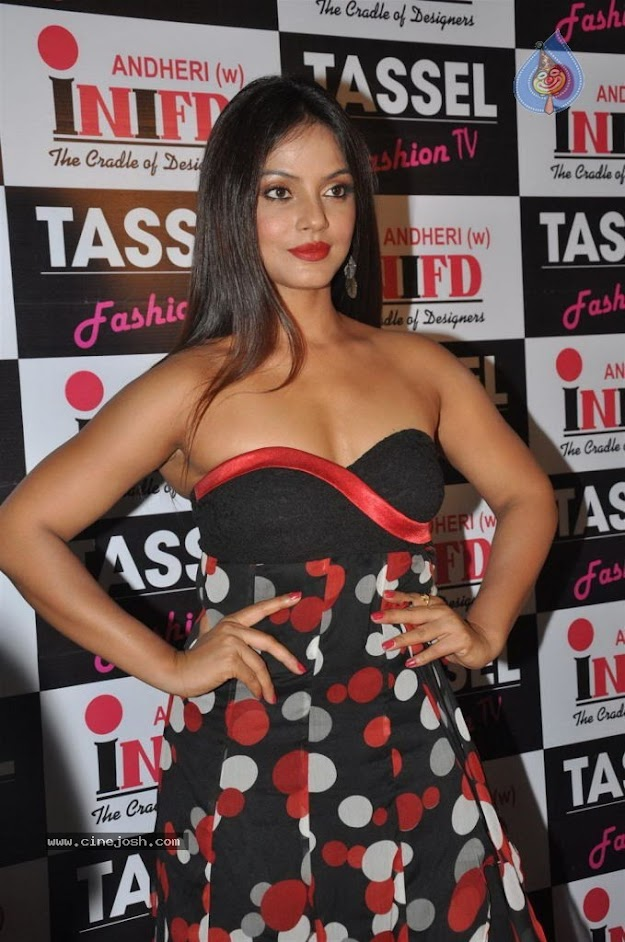 Neethu chandra shows off her gorgeous curves  -  Neethu Chandra Hot  @ TASSEL Designers Award 2012....
