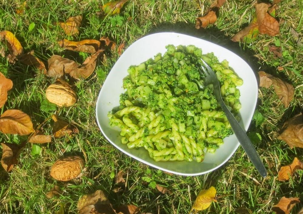 Pasta mit Kohlrabi und Kohlrabigrün-Walnuss-Rapsöl-Pesto