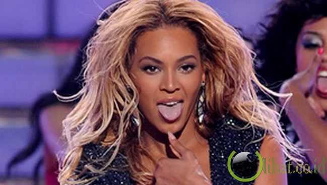 Beyonce Menjulurkan Lidah