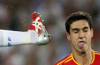 ekspresi lucu saat pemain bola tertendang sepatu