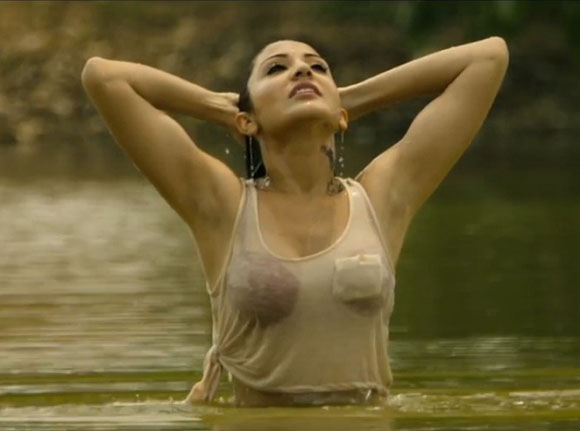 Anushka-Sharma-Hot-Cleavage-Stills-From-Matru-Ka-Bijlee-Ka-Mandola