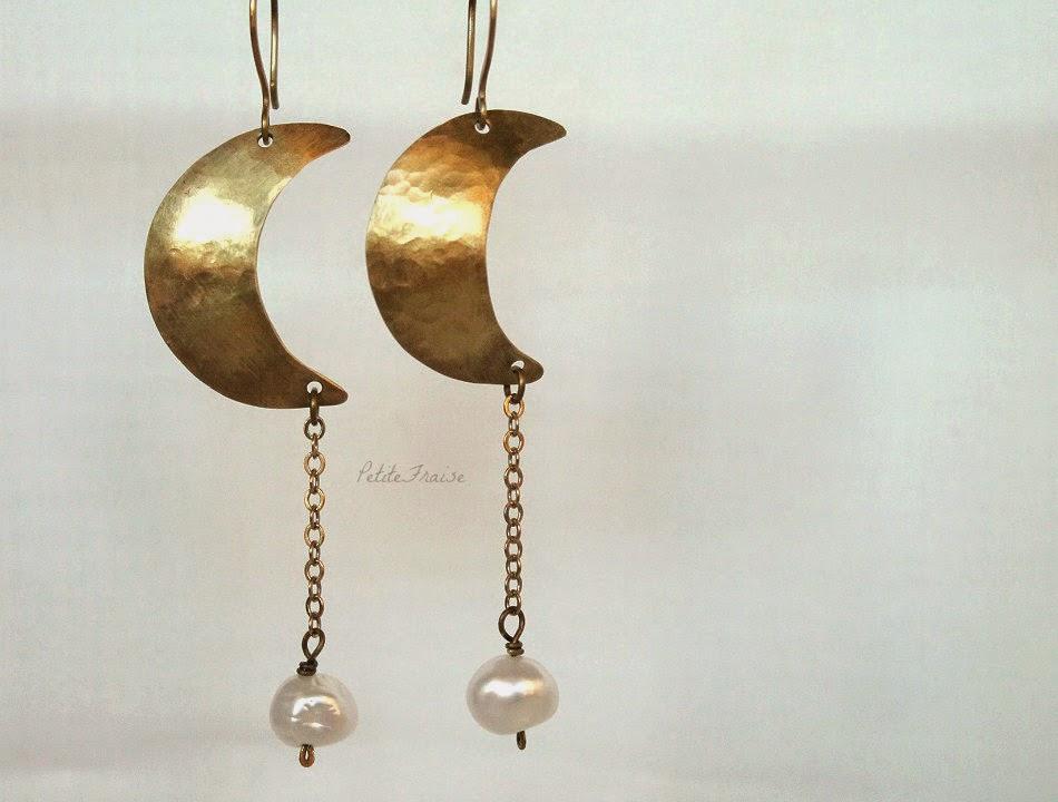 Orecchini boho con lune in ottone martellato a mano e perle di fiume -PetiteFraise Handmade
