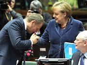 Premiê polonês, Donald Tusk, cumprimenta a chanceler alemã, Angela Merkel