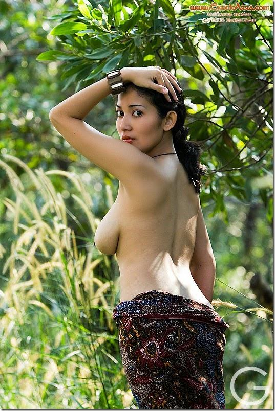 COLMENAK: IIS FARDINA-Bugil Di Hutan